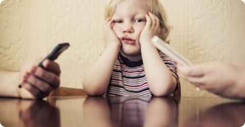 Papás dejan de poner atención a sus hijos por ver su celular