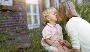 ¿Está bien besar a tus hijos en la boca?